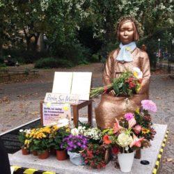 Friedensstatue voll mit Blumen