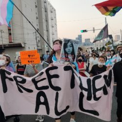 """Demo gegen japanische Immigrationsbehörde, mit Transparent """"Free Them All"""" copyright KEN023"""