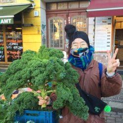 Aiko mit großem Grünkohl