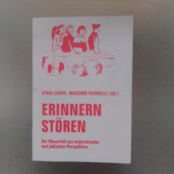 Erinnern Stören Cover. Glau mit rote Schriften und Zeichnung von vier sitzende Jugendliche