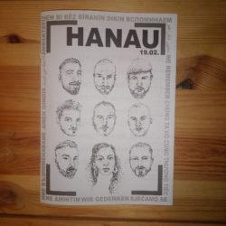 """Gedenkheft mit Titel HANAU 19.02. Gesichter von 9 Opfer*innen sind gezeichnet, umrandet von """"wir gedenken"""" in 12 Sprachen"""