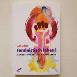 Cover von Feministisch leben! von Sara Ahmed. Zeichen für Frauenkampftag, gemalt mit rosa, dunkelrot, orange.