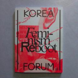 """Titelseite Korea Forum, Feminism Reboot. blaugraue Hintergrund, vergrößerte Foto von Menschen mit Plakat """"History will become herstory"""" in rot, darüber Titel in schwarz"""